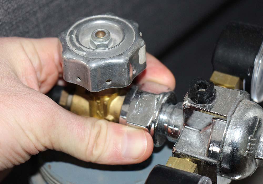 CO2-Druckminderer mit CO2-Flasche verbinden