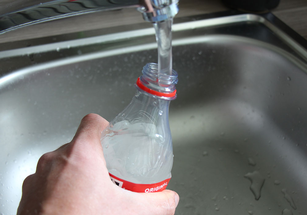 Eingefrorene PET-Flasche als Kuehlakku